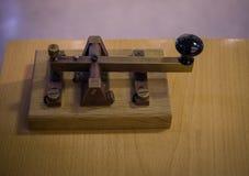 老和葡萄酒发报电键,莫尔斯系统 免版税库存图片