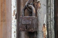 老和葡萄酒生锈的挂锁 免版税库存照片