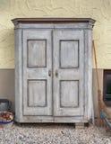 老和葡萄酒被风化的碗柜 库存图片