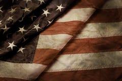 老和被弄皱的美国旗子 库存图片