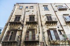 老和被放弃的大厦在巴勒莫,西西里岛,意大利 免版税库存照片