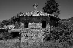 老和被放弃的房子在山村Evrenleryavsi 库存图片