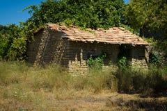 老和被放弃的房子在山村Evrenleryavsi 免版税库存照片