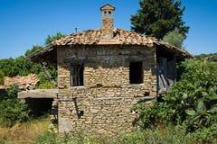 老和被放弃的房子在山村Evrenleryavsi 免版税库存图片