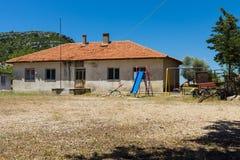 老和被放弃的房子在山村Sirtkoy 免版税库存图片