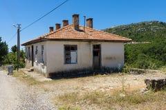 老和被放弃的房子在山村Sirtkoy 库存照片