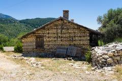 老和被放弃的房子在山村Sirtkoy 免版税库存照片