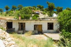 老和被放弃的房子在山村Sirtkoy 库存图片