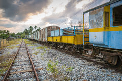 老和被放弃的旅客列车 库存照片