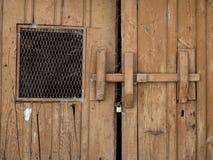 老和被放弃的木门 库存照片