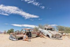老和被放弃的汽车在纳米比亚,叫作单粒宝石的斑点的沙漠 免版税图库摄影