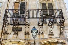 老和被放弃的阳台在巴勒莫,西西里岛,意大利 库存图片