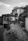 老和被毁坏的房子 免版税库存照片