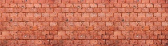 老和被风化的脏的红砖墙壁纹理背景以宽全景格式 免版税库存图片