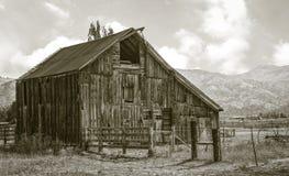 老和被风化的,但是仍然非常servicable谷仓 库存照片