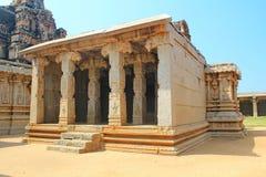 老和被破坏的印地安寺庙,亨比,印度 图库摄影