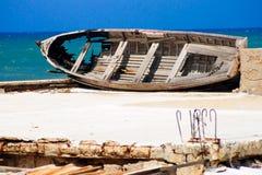 老和被击毁的木小船 库存照片