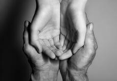 老和年轻人的手 图库摄影