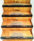 老和破旧的木楼梯 图库摄影
