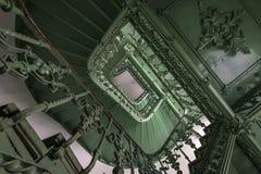 老和grunge楼梯 免版税库存照片
