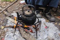 老咖啡或茶的水壶开水在乡下在Tha 免版税库存照片