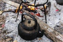 老咖啡或茶的水壶开水在泰国的乡下 免版税图库摄影