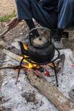 老咖啡或茶的水壶开水在泰国的乡下 免版税库存图片