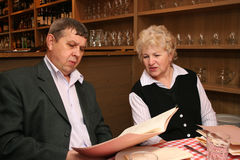 老咖啡馆夫妇 免版税库存照片