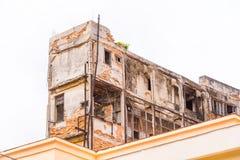 老哈瓦那,古巴被破坏的大厦的看法  文本的Ð ¡ opy空间 免版税库存图片