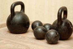 老哑铃和重量在健身房 免版税库存图片
