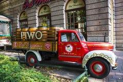 老啤酒卡车在克拉科夫波兰 库存照片