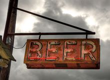老啤酒标志 免版税库存照片