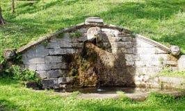 老喷泉在公园 免版税库存照片