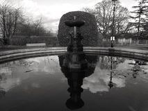 老喷泉在黑白的伦敦 图库摄影