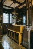 老图书馆的内部 免版税库存图片