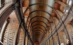 老图书馆,都伯林,爱尔兰-书凯尔斯17 06, 201 免版税库存图片