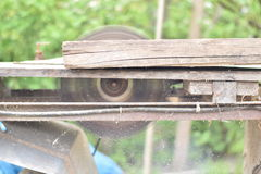 老圆锯条切口木头 免版税库存照片