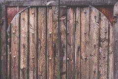 老土气和难看的东西木纹理门关闭与螺栓 免版税库存照片