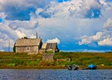 老土气房子在北俄国,白海海岸 库存照片