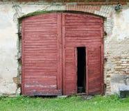 老土气棚子的红色木门 库存照片