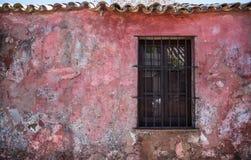 老土气窗口,旅行的科洛尼亚省乌拉圭 3d美国美好的尺寸形象例证南三非常 免版税库存照片
