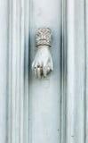 老土气葡萄酒样式通道门环当有圆环的妇女手 库存照片