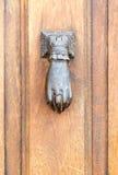 老土气葡萄酒样式通道门环当有圆环的妇女手 免版税库存照片