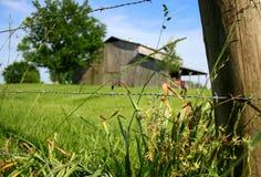 老土气谷仓在Bokeh 免版税库存照片