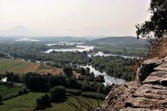 老土耳其堡垒的墙壁在阿尔巴尼亚和河三角洲和环绕视野的看法 图库摄影