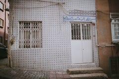 老土耳其大厦门面与文本的在门上 图库摄影