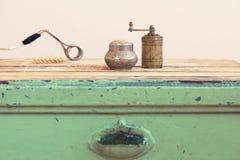 老土耳其手工研磨机、浸入式加热器和麦子 库存照片