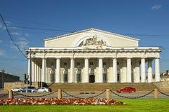 老圣彼得堡联交所(证券交易所)的门廓 免版税库存照片