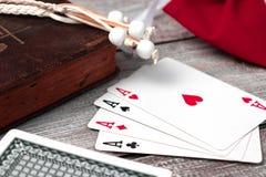 老圣经和卡片在木桌上 Misticism和算命,未来预言概念 免版税库存照片