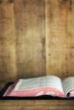 老圣经开放在与Grunge作用的书架 库存图片